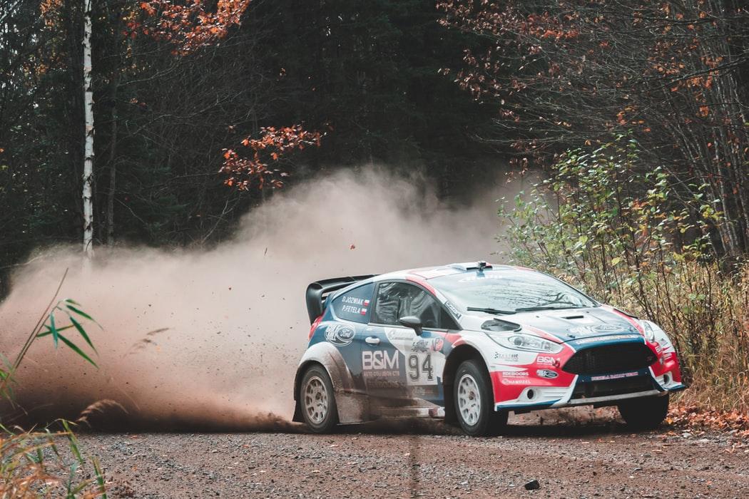 Rally, en spännande bil som körs i terräng