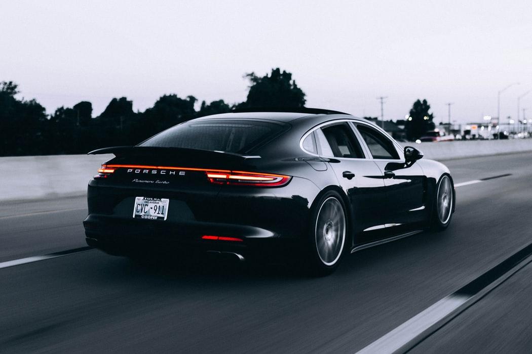 Porsche, ett bilmärke som är känt för sin höga hastighet